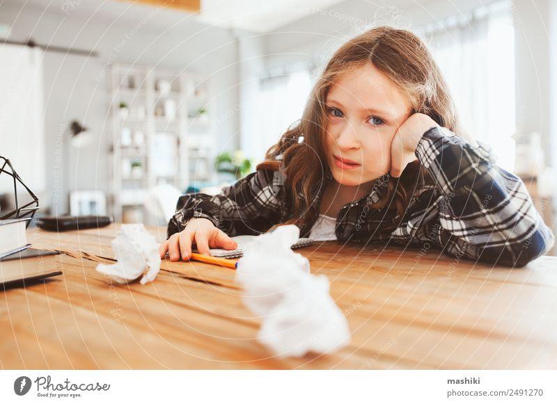wütendes und müdees Kind Mädchen mit Problemen bei der Hausarbeit Lifestyle lesen Tisch Schule lernen Schulkind Kindheit Buch schreiben Traurigkeit klug