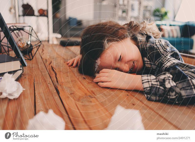 Kind Mädchen schläft bei den Hausaufgaben Lifestyle lesen Tisch Schule lernen Schulkind Kindheit schlafen schreiben Traurigkeit klug Müdigkeit Stress