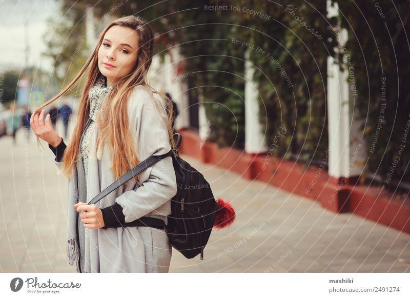 Straßenbild Porträt eines jungen, schönen, glücklichen Mädchens Lifestyle Stil feminin Frau Erwachsene Herbst Wetter Wärme Mode Mantel trendy modern natürlich