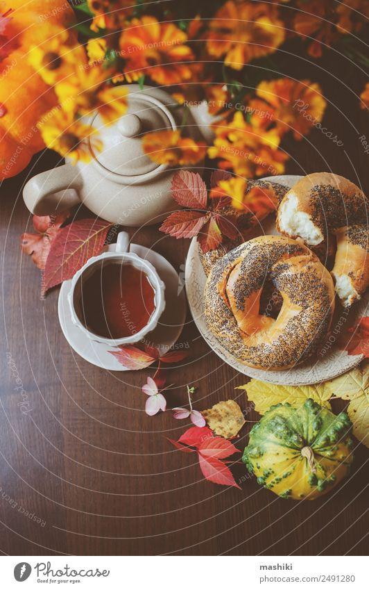 Draufsicht auf das gemütliche Herbstfrühstück auf dem Tisch im Landhaus Frühstück Getränk Tee Topf Lifestyle Blatt Holz braun Geborgenheit fallen Bagel essen