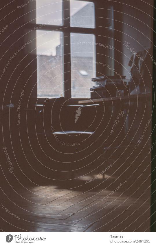 Musikzimmer Fenster Raum Innenarchitektur Fischgrätenmuster Parkett Stuhl Plattenspieler Freude einfach analog Schallplatte Farbfoto Innenaufnahme Menschenleer