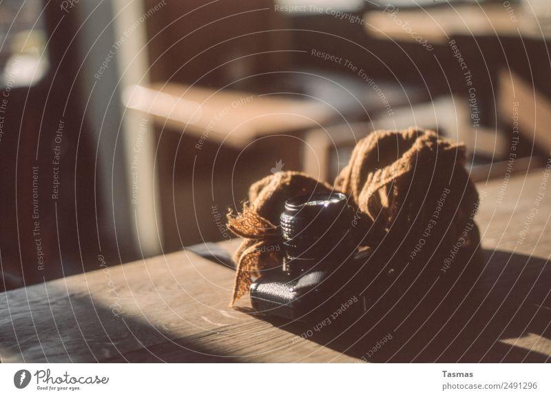 Mein Foto wurde angenommen. Fotokamera Werkzeug Holz Verlässlichkeit einfach simpel Schal Tisch Holztisch analog Stuhl Farbfoto Innenaufnahme Menschenleer Tag