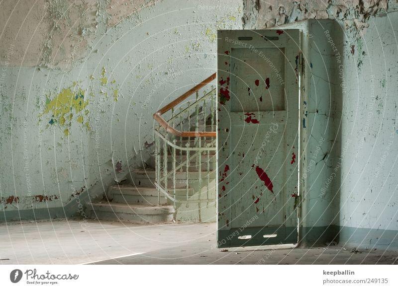 b_014 blau grün Haus Wand Mauer Tür dreckig Treppe authentisch historisch schäbig Unbewohnt überbevölkert