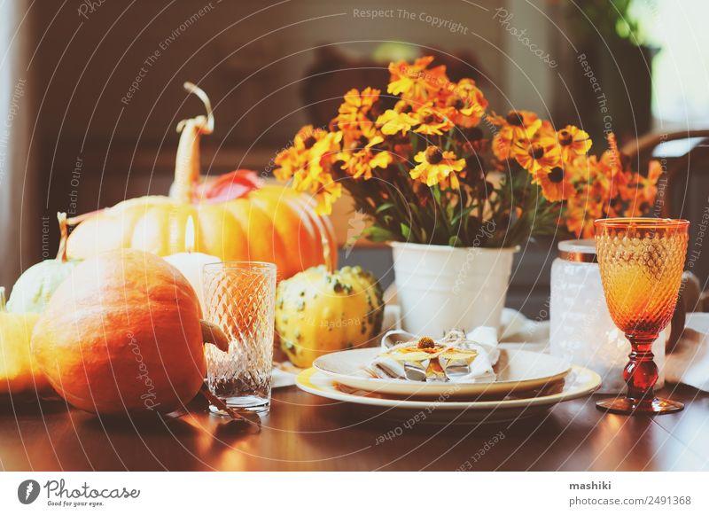 Herbstliche traditionelle Tischdekoration zu Thanksgiving oder Halloween Gemüse Frucht Abendessen Teller Stil Dekoration & Verzierung Feste & Feiern