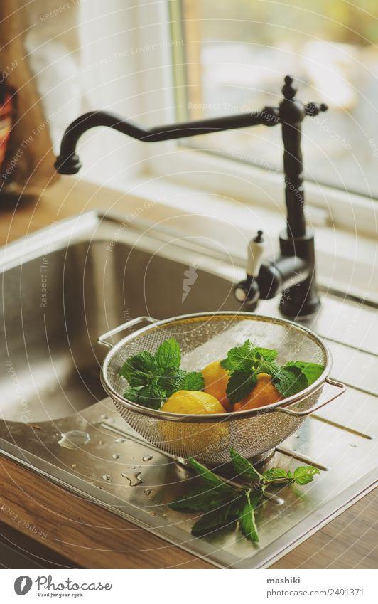 frische Minze und Zitronen in der Küche Frucht Kräuter & Gewürze Saft Natur Pflanze Blatt saftig sauer gelb grün Farbe Zitrusfrüchte geschnitten Gesundheit