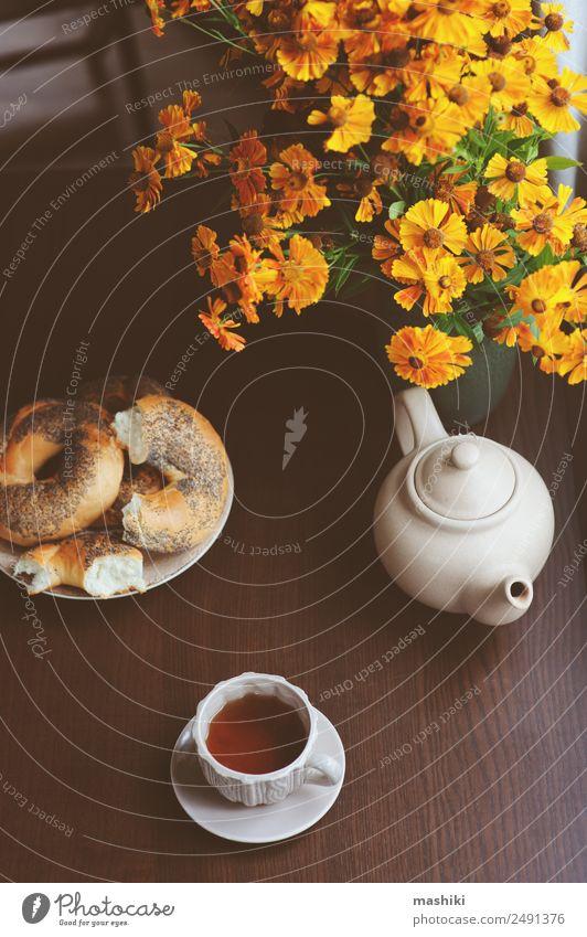 gemütliches Herbstfrühstück auf dem Tisch im Landhaus Frühstück Getränk Tee Topf Lifestyle Erholung Geborgenheit fallen Bagel essen Hintergrund Windstille kalt