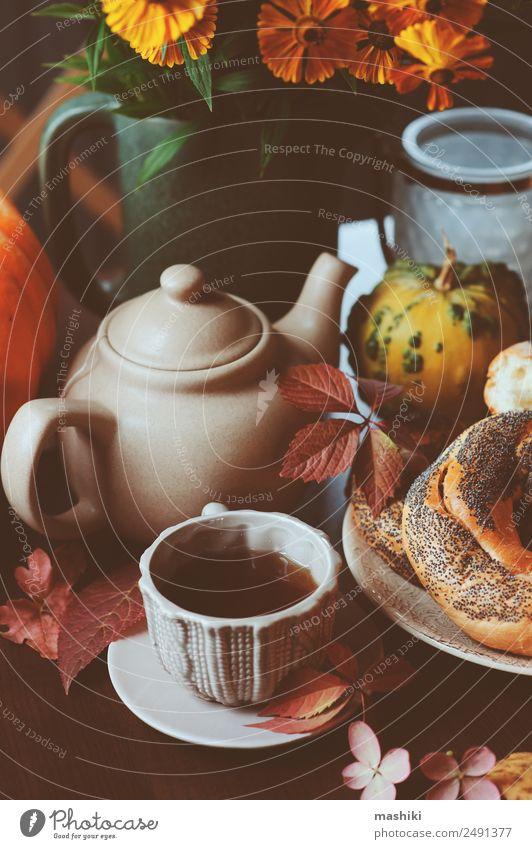 gemütliches Herbstfrühstück auf dem Tisch im Landhaus Frühstück Getränk Tee Topf Lifestyle Dekoration & Verzierung Wärme Blatt Wald Geborgenheit fallen Bagel