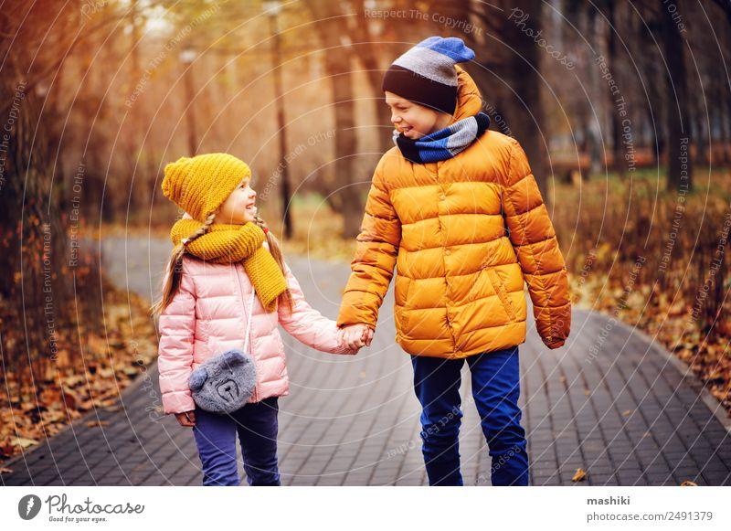Herbstporträt von glücklichen Geschwistern auf der Straße Freude Glück Ferien & Urlaub & Reisen Kind Schwester Familie & Verwandtschaft Freundschaft Kindheit