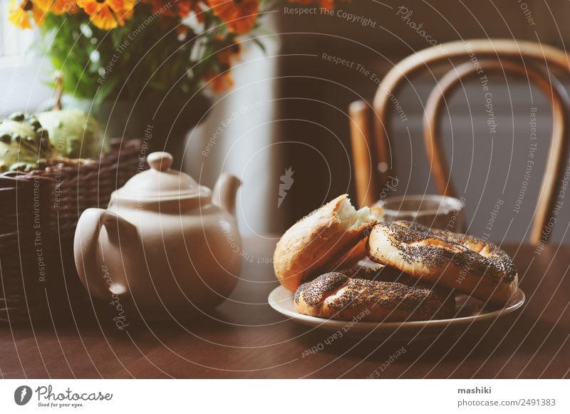 gemütliches Herbstfrühstück auf dem Tisch im Landhaus Frühstück Getränk Tee Topf Lifestyle Erholung Dekoration & Verzierung Wärme Blatt Wald Holz braun