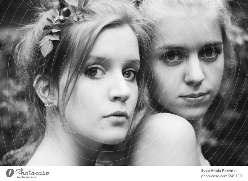 fräulein Herbst. Mensch Jugendliche schön Erwachsene Gesicht Erholung feminin Haare & Frisuren außergewöhnlich Beautyfotografie 18-30 Jahre Junge Frau Blühend selbstbewußt Dutt Hagebutten