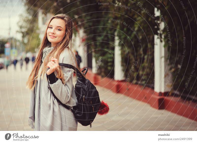 Straßenbild Porträt eines jungen, schönen, glücklichen Mädchens Lifestyle Stil feminin Frau Erwachsene Herbst Wetter Wärme Mode Hemd Pullover Mantel trendy