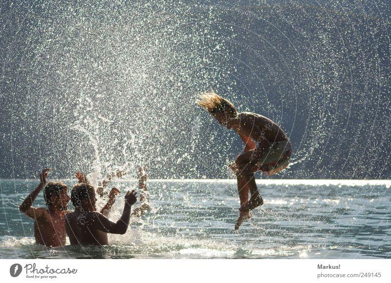Wasserspiele Freude Leben Schwimmen & Baden Freizeit & Hobby Sommer Mensch Jugendliche 4 18-30 Jahre Erwachsene Wassertropfen blond drehen Spielen springen nass
