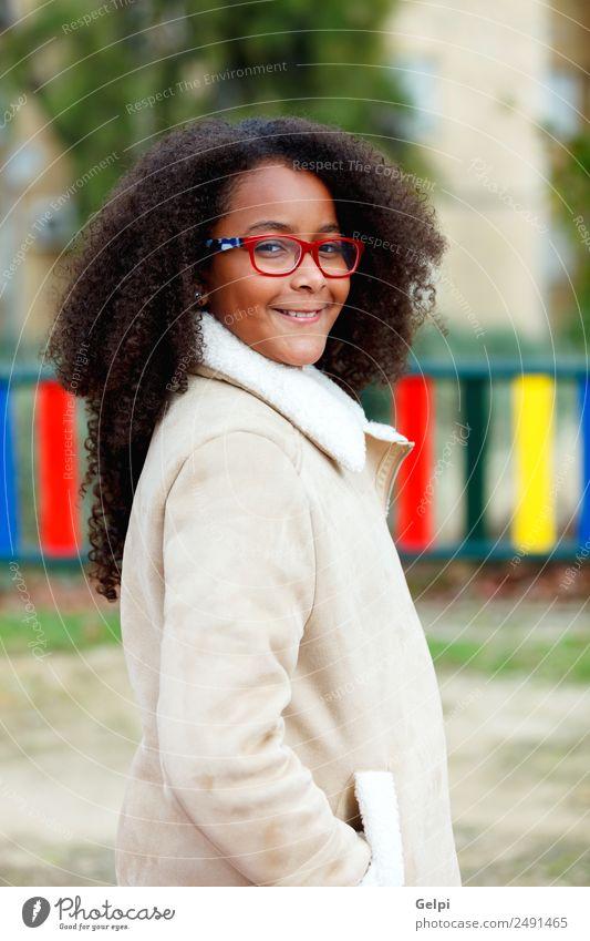 Hübsches Mädchen mit langem Afrohaar. Glück schön Haare & Frisuren Haut Gesicht Kind Schule Frau Erwachsene Himmel Wärme Park Mantel Afro-Look niedlich zehn