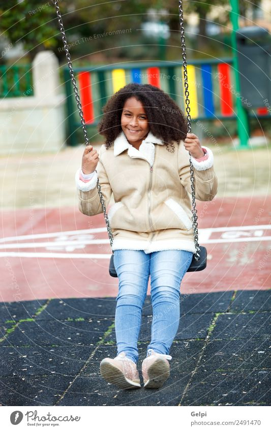 Hübsches Mädchen mit langem Afrohaar. Glück schön Haare & Frisuren Haut Gesicht Kind Schule Frau Erwachsene Wärme Park Jeanshose Mantel Afro-Look genießen