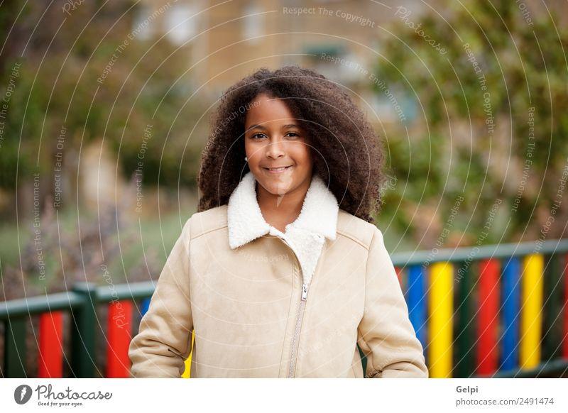 Hübsches Mädchen mit langem Afrohaar. Glück schön Haare & Frisuren Haut Gesicht Kind Schule Frau Erwachsene Himmel Wärme Park Mantel Afro-Look niedlich Farbe