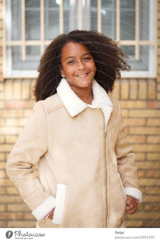 Hübsches Mädchen mit langem Afrohaar. Freude Glück schön Winter Kind Mensch Kleinkind Kindheit Natur Park Straße Afro-Look Lächeln Fröhlichkeit klein niedlich