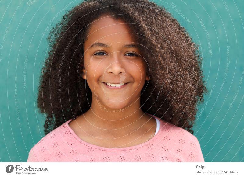Hübsches Mädchen mit langem Afrohaar. Freude Glück schön Kind Mensch Kleinkind Kindheit Natur Straße Afro-Look Lächeln Fröhlichkeit klein niedlich grün schwarz