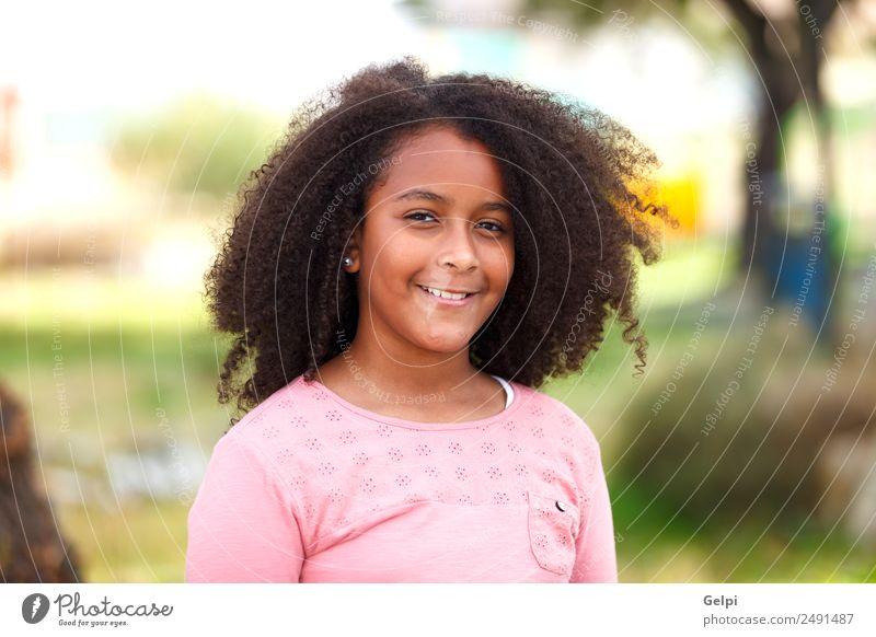 Hübsches Mädchen mit langem Afrohaar. Freude Glück schön Winter Kind Mensch Kleinkind Kindheit Natur Straße Afro-Look Lächeln Fröhlichkeit klein niedlich