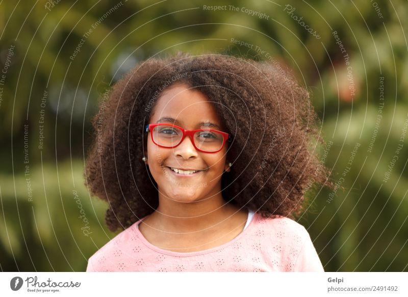 Hübsches Mädchen mit langem Afrohaar. Freude Glück schön Kind Mensch Kleinkind Kindheit Natur Straße Afro-Look Lächeln Fröhlichkeit klein niedlich schwarz