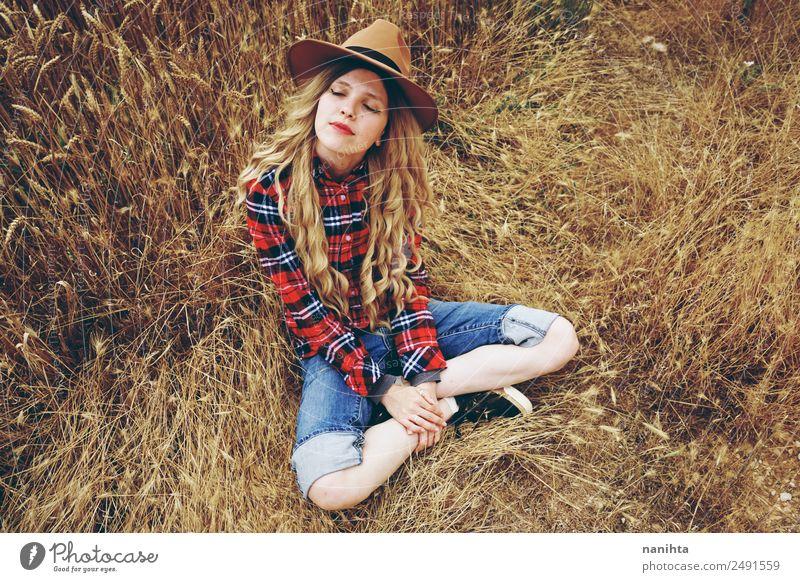 Junge Frau allein auf einem Weizenfeld Lifestyle Stil Freude Gesundheit Wellness harmonisch Wohlgefühl Erholung Freiheit Mensch feminin Jugendliche 1