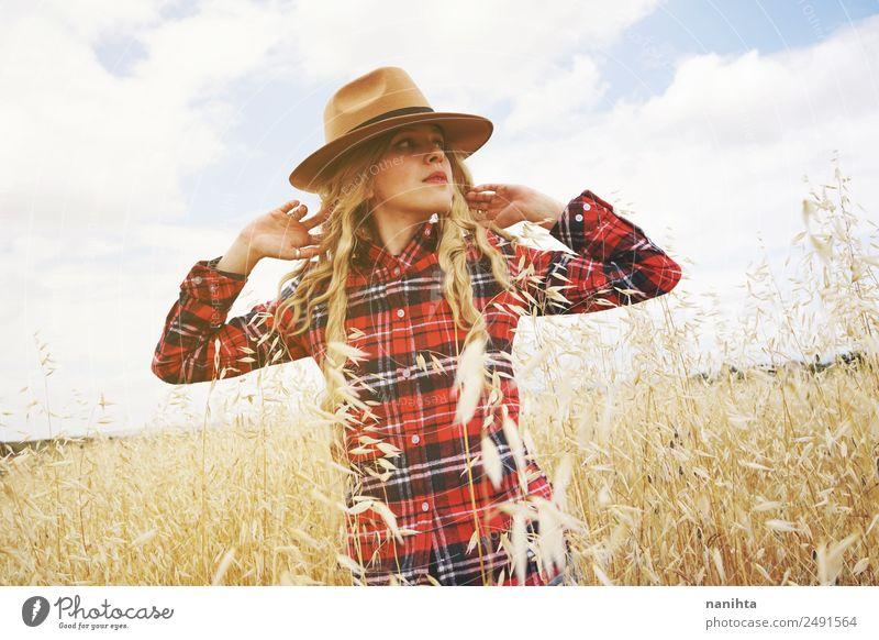 Junge Frau auf einem Weizenfeld Lifestyle Stil schön Gesundheit Ferien & Urlaub & Reisen Abenteuer Freiheit Landwirtschaft Forstwirtschaft Mensch feminin