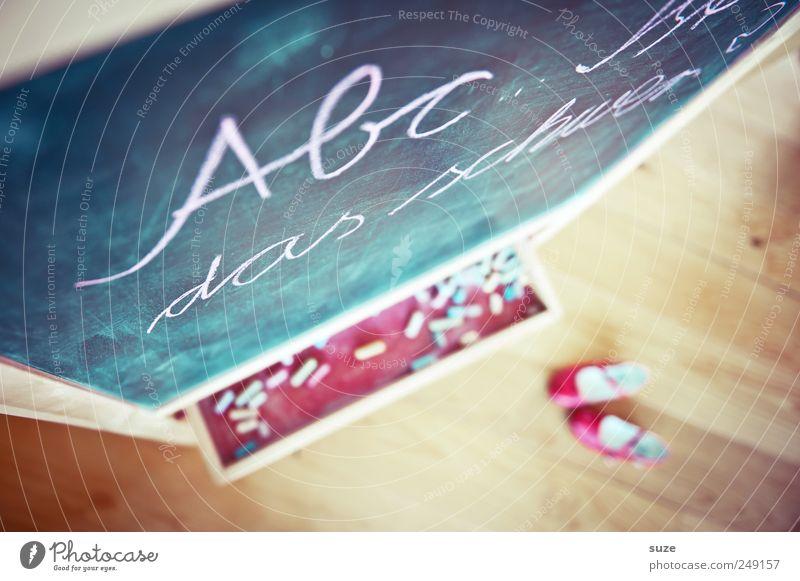 ABC Schule Schuhe Freizeit & Hobby Kindheit lernen Schriftzeichen Häusliches Leben Buchstaben Bildung Kindheitserinnerung Tafel Typographie Kreide