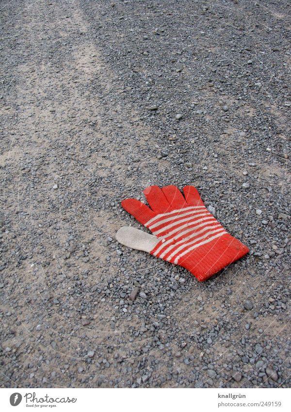 Getrennt weiß rot Einsamkeit Gefühle grau Wege & Pfade Traurigkeit dreckig liegen Bekleidung Trennung gestreift verlieren Handschuhe Wolle Enttäuschung