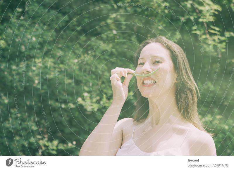 Frau scherzt mit grünen Schnurrbärten Lifestyle elegant Stil Glück schön Gesicht Sommer Garten Mensch feminin Erwachsene Weiblicher Senior Haare & Frisuren 1
