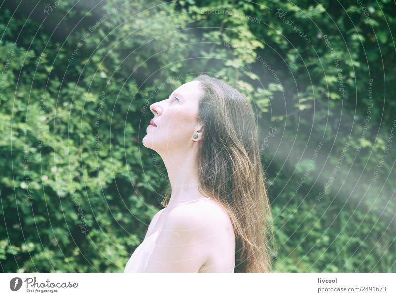 nachdenkliche Frau Lifestyle Glück schön Meditation Sommer Mensch feminin Erwachsene Weiblicher Senior Haare & Frisuren 45-60 Jahre Natur Baum Blatt Park Hügel