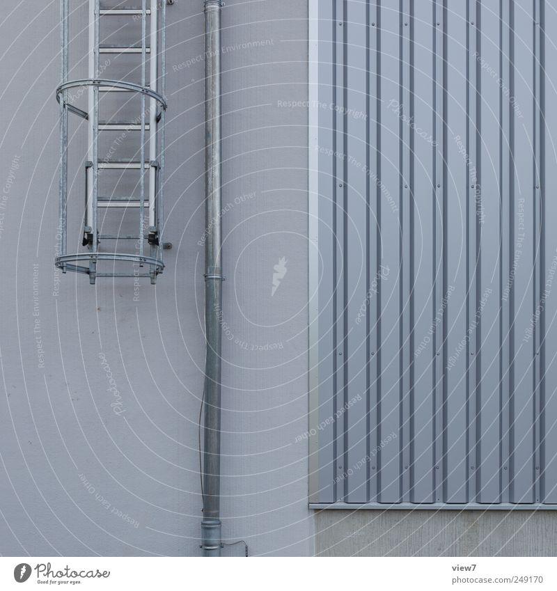 Feuerleiter alt Haus kalt Wand grau Mauer Metall Linie Beton Treppe frisch neu Streifen authentisch einfach