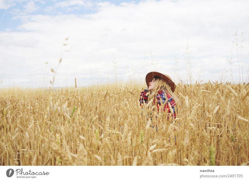 Junge Frau auf einem Weizenfeld sitzend Lebensmittel Getreide Landwirtschaft Forstwirtschaft Mensch feminin Jugendliche Erwachsene 1 18-30 Jahre 30-45 Jahre