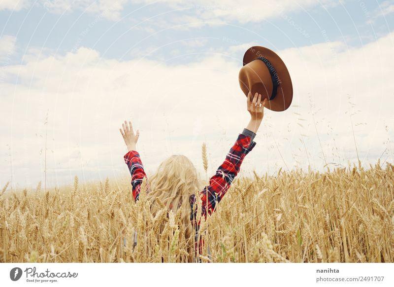Rückansicht einer jungen Frau auf einem Weizenfeld Getreide Lifestyle Stil Freude Gesundheit Wellness harmonisch Wohlgefühl Ferien & Urlaub & Reisen Abenteuer