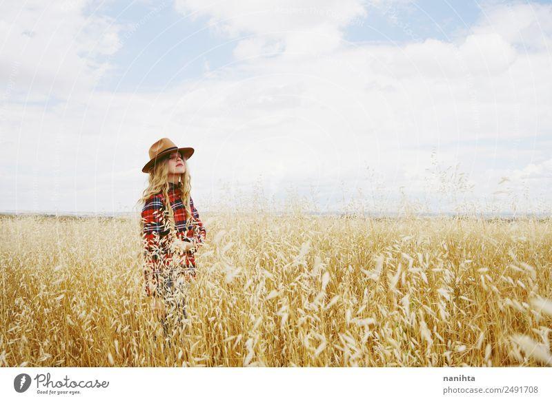Junge Frau allein auf einem Weizenfeld Getreide Lifestyle Gesundheit Wellness Sinnesorgane Erholung ruhig Landwirtschaft Forstwirtschaft Mensch feminin