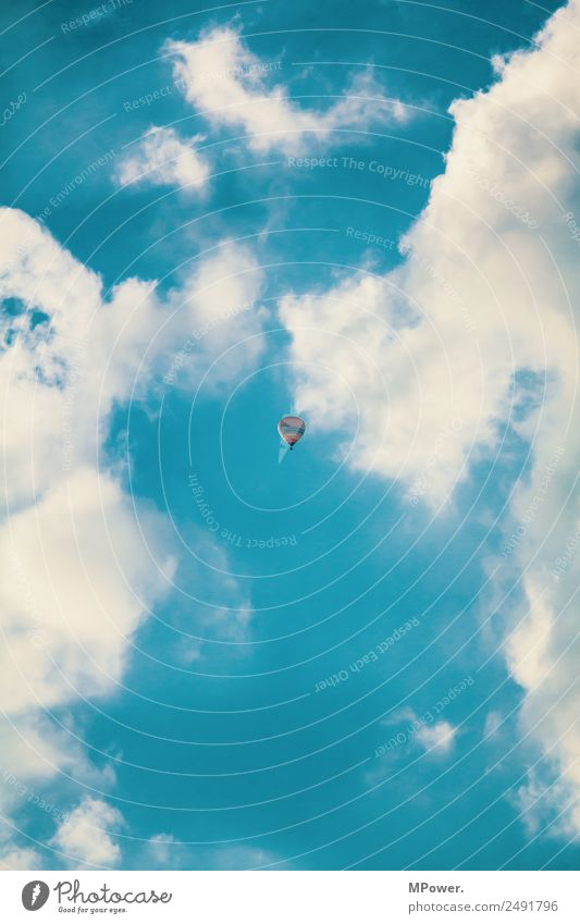 up in the clouds Schönes Wetter blau Ballone Himmel Wolken Sommer fliegen Reisefotografie hoch oben Freiheit Fensterblick klein Farbfoto Außenaufnahme Tag