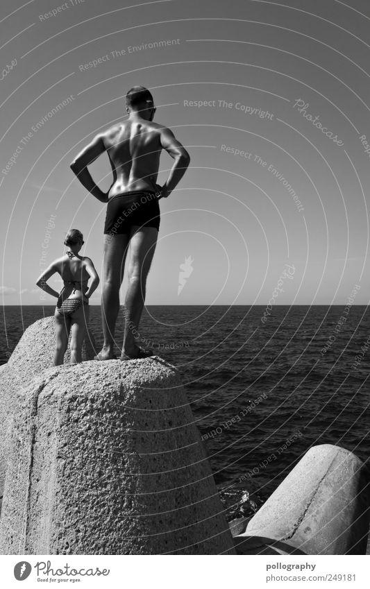 stay strong Mensch Natur Jugendliche Wasser schön Sommer Meer feminin Wand Mauer Erwachsene Küste Wellen Körper Horizont Beton