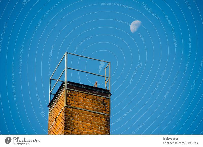 Luna am Abzug Wolkenloser Himmel Mond Schornstein Backstein Ferne oben Stimmung Inspiration Kitsch Naturphänomene Zeitpunkt Zahn der Zeit Dämmerung