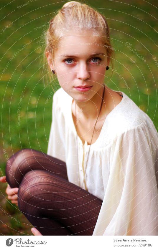 dennoch. feminin Junge Frau Jugendliche 1 Mensch 18-30 Jahre Erwachsene Schönes Wetter Wiese Strumpfhose Leggings Bluse Haare & Frisuren blond Dutt sitzen