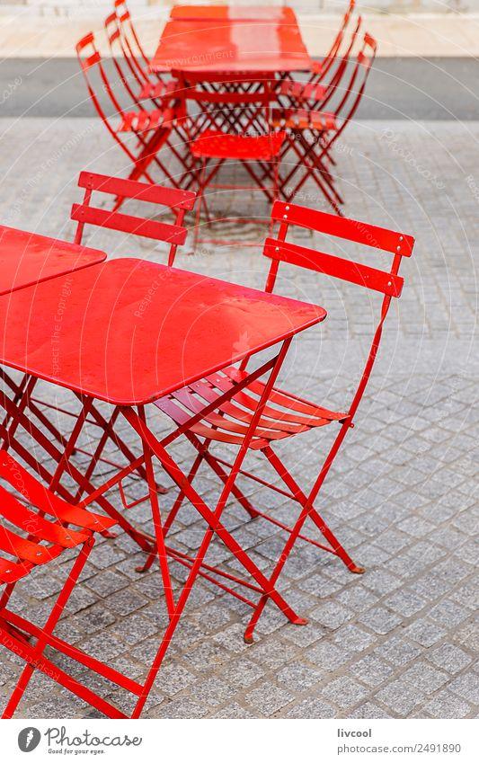Rote Stühle und Tische von einer Terrasse in einer Bar Lifestyle Stil Design Glück Erholung Winter Möbel Stuhl Restaurant Gastronomie Dorf Fassade Straße Mode