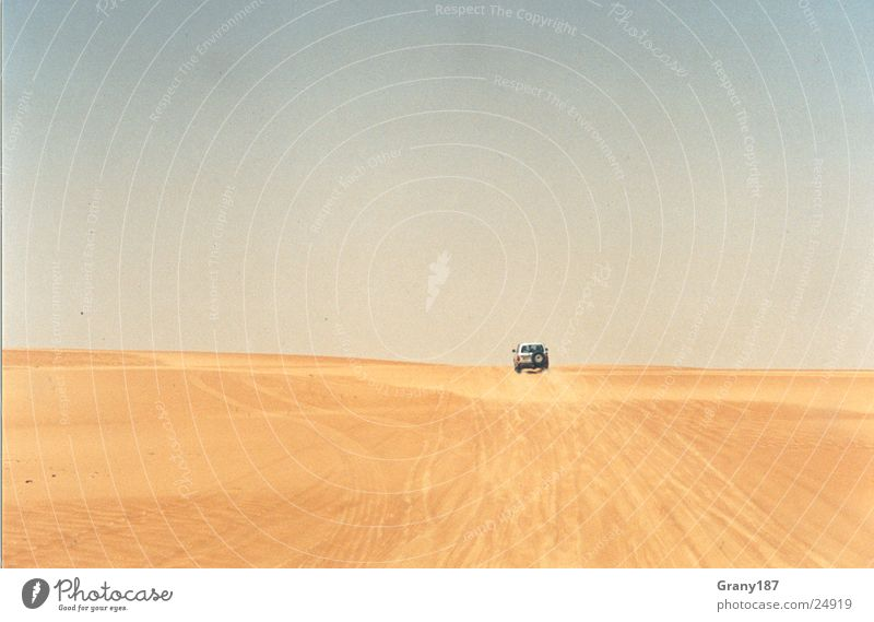 Far far away Geländewagen heiß Werbefachmann Plakat Panorama (Aussicht) Ferien & Urlaub & Reisen Wüste Jeep Sand Stranddüne unendlich weit Sonne Werbemittel