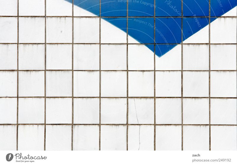 Heiter bis wolkig blau weiß Haus Wand Architektur Mauer Linie Fassade Beton Fliesen u. Kacheln Symmetrie Industrieanlage Strukturen & Formen