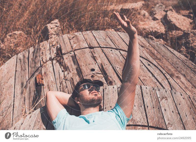 schwarzhaariger Mann, der mit Sonnenbrille posiert. Lifestyle elegant Stil schön Gesicht Mensch Erwachsene Mode Bekleidung Coolness Erotik trendy modern