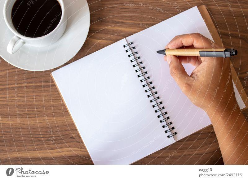 Schreiben von inspirierten Notizen mit Kaffee Lifestyle Schreibtisch Tisch lernen Arbeit & Erwerbstätigkeit Büroarbeit Arbeitsplatz Business Mensch Hand Finger