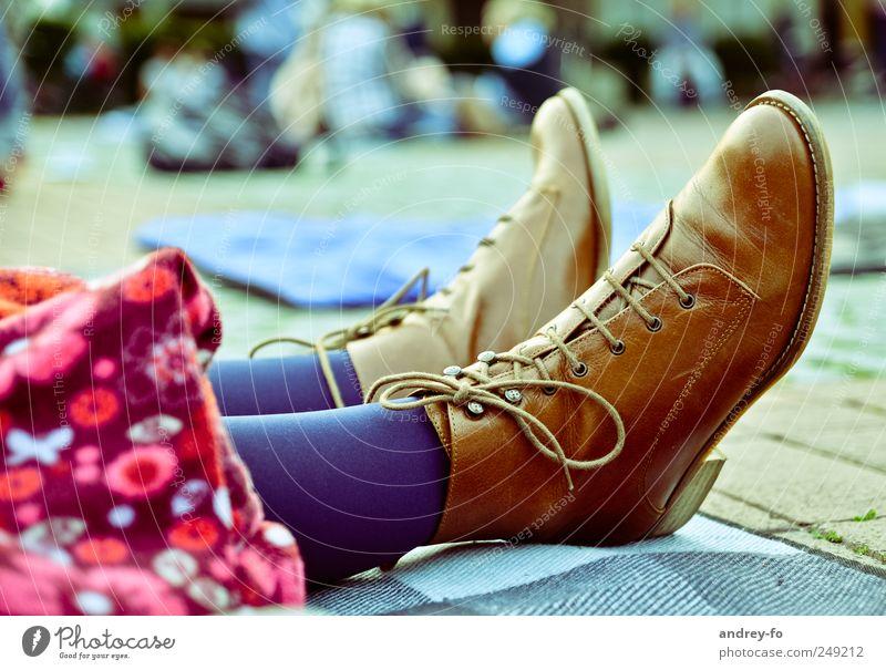 Coole Stiefel Leder Mode Schuhe braun Schuhsohle Schnürstiefel Schuhbänder Schuhpaar Fuß 2 Heftpflaster auf dem Boden authentisch schick echtes Leder