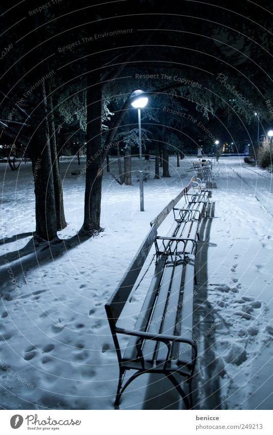 brr Park Parkbank Winter Landschaft Schnee Fußspur Menschenleer verlassen Nacht Abend Laterne Straßenbeleuchtung Licht Lampe