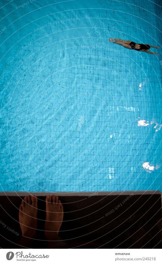 springst du noch, oder schwimmst du schon? Mensch blau Wasser Freude Leben Sport Bewegung springen Luft Fuß Angst Schwimmen & Baden warten hoch stehen Coolness