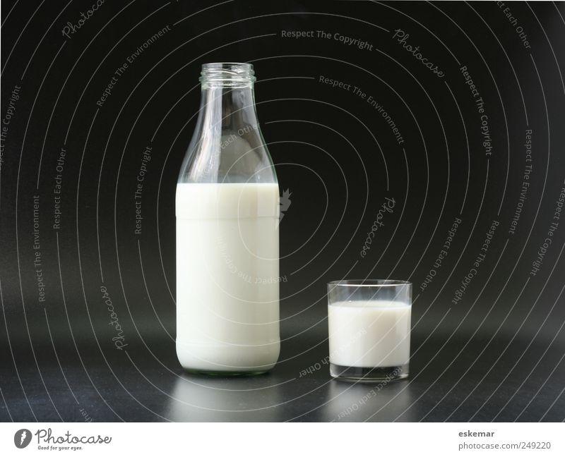 Milch Lebensmittel Bioprodukte Getränk Milchglas Milchflasche Flasche Glas ästhetisch einfach Gesundheit schwarz weiß Gedeckte Farben Menschenleer