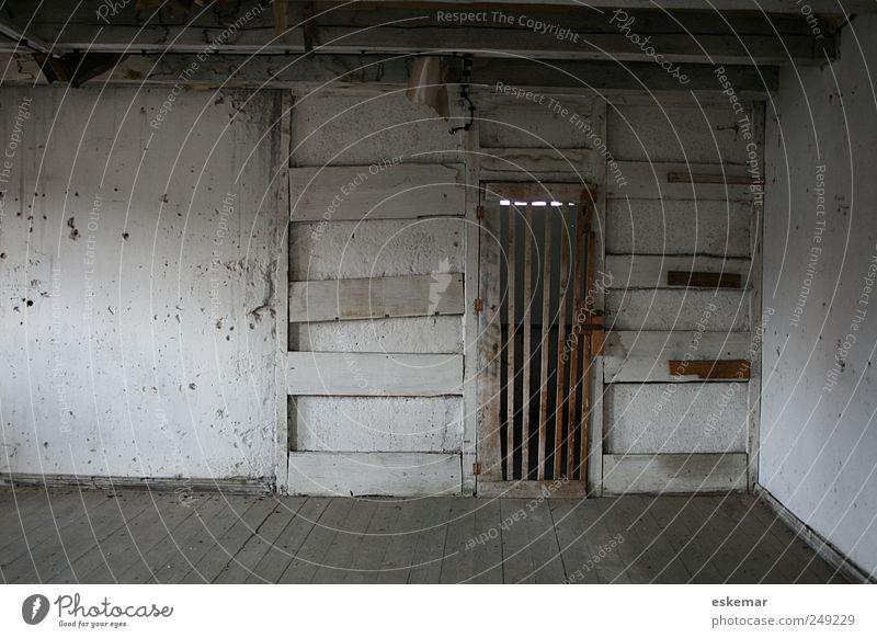 Dachboden alt weiß Haus Wand grau Mauer Gebäude Tür Raum Wohnung geschlossen groß authentisch Häusliches Leben einzigartig Bauwerk