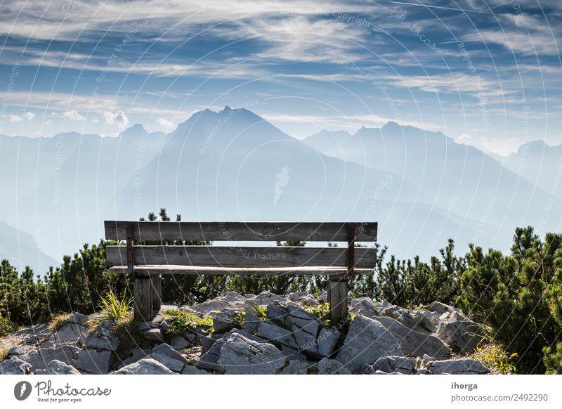 Leere Parkbank im Hochgebirge schön Erholung Ferien & Urlaub & Reisen Tourismus Berge u. Gebirge wandern Natur Landschaft Himmel Wolken Gras Alpen Gipfel Stein