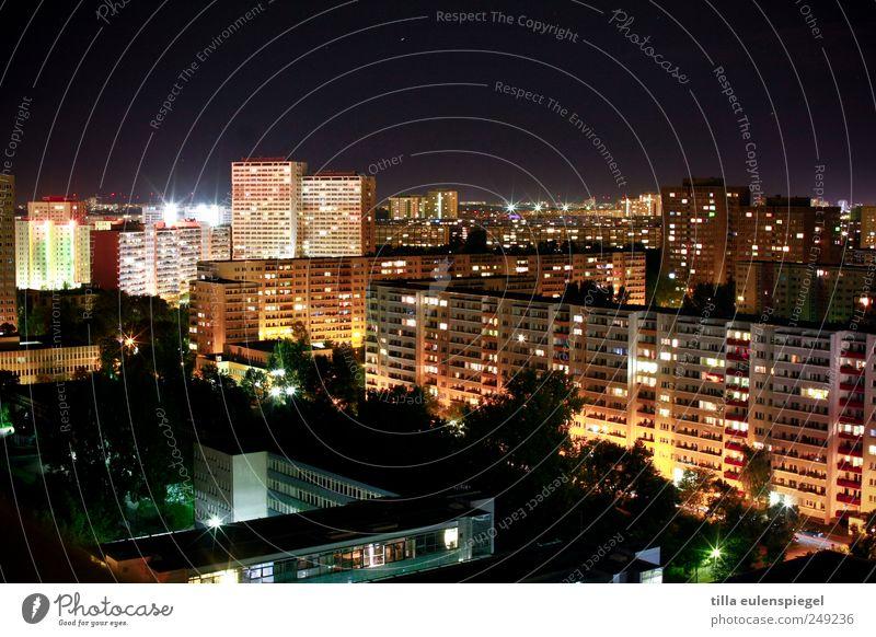 Berlin Stadt Haus Fenster Gebäude Deutschland Horizont Fassade Hochhaus Europa leuchten Hauptstadt Nachthimmel Plattenbau erleben Nachtaufnahme