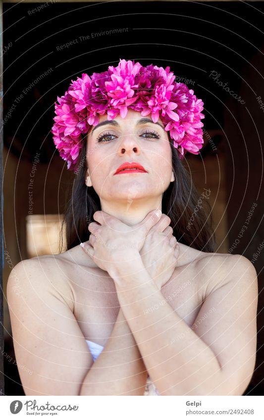 Traurige reife Frau mit einem geblümten Stirnband elegant schön Gesicht Kosmetik Schminke Mensch Erwachsene Lippen Blume Mode Accessoire brünett Traurigkeit